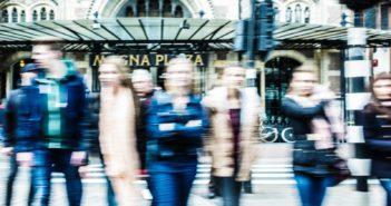 Strikte toepassing wettekst bij beoordeling vergunningaanvraag apotheekhoudende huisarts